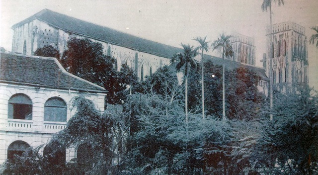 Một góc Nhà thờ lớn Hà Nội. Nhà thờ Lớn Hà Nội được xây dựng trên một phần đất của chùa Báo Thiên xưa - ngôi chùa có niên đại xây dựng nhất sớm, thời Vua Lý Thánh Tông năm 1057. Nhà thờ lớn Hà Nội cũng là công trình nổi tiếng được xây dựng rất nhanh, 4 năm đã hoàn thành (1884-1887). Người có công xây dựng nhà thờ là Giám mục Puginier (1835-1892). Nhà thờ được xây dựng bằng các nguyên liệu sẵn có trong nước như gạch nung và trát bằng giấy bổi, một số nguyên liệu quan trọng được đưa từ bên Pháp sang như hệ thống kính màu, các quả chuông, tượng thánh. Nhà thờ lớn là công trình được xây dựng phỏng theo kiến trúc Nhà thờ Đức Bà Paris ở nước Pháp.