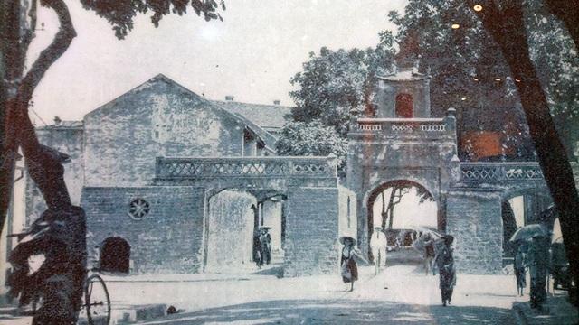 Ô Quan Chưởng ngày xưa có tên Ô Đông Hà, được xây dựng vào thời vua Lê Hiển Tông (1749), nằm ở phía Đông của kinh thành Thăng Long. Ô Quan Chưởng ngày nay là cửa ô duy nhất còn lại của kinh thành Thăng Long.