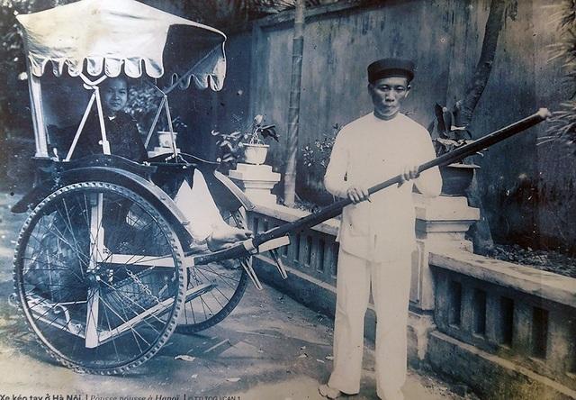 Phu kéo xe ở Hà Nội.
