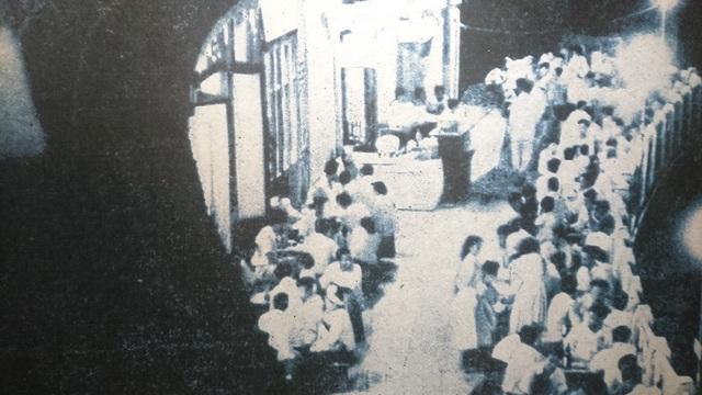 Hình ảnh nhà hàng Thuỷ Tạ ven hồ Hoàn Kiếm rất đông thực khách.