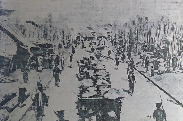 Hình ảnh phố Hàng Tre ngày xưa, tấp nập người mua kẻ bán. Hàng Tre xưa kia thuộc đất thôn Trừng Thanh, tổng Tả Túc, huyện Thọ Xương cũ.