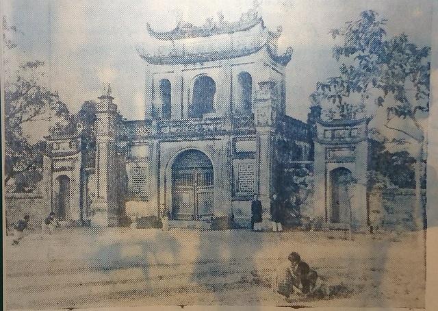 Văn Miếu xưa kia. Đây là di tích quốc gia đặc biệt, nằm ở phía Nam kinh thành Thăng Long, xưa thuộc thôn Minh Giám, tổng Hữu Nghiêm, huyện Thọ Xương.