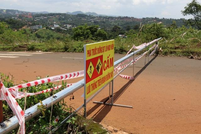 Cơ quan chức năng đã sử dụng hàng rào và biển báo đường sụt lún nguy hiểm dựng 2 đầu đường