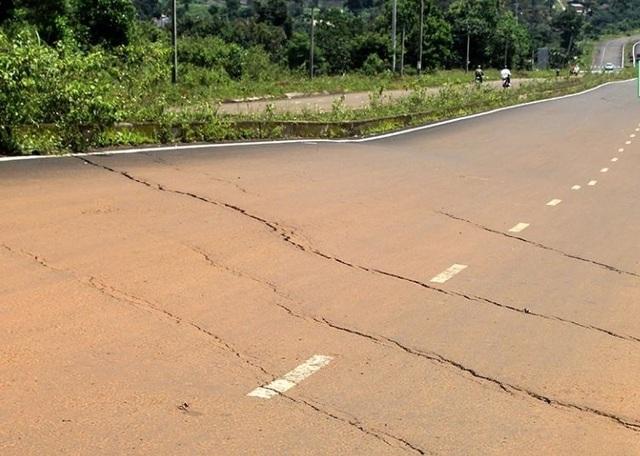Hàng chục vết nứt cắt ngang mặt đường