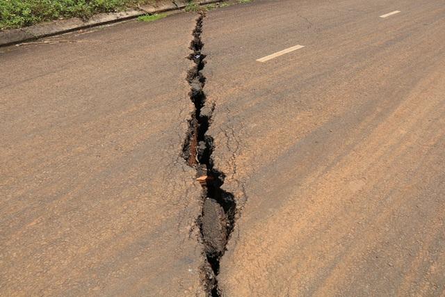 Những vết nứt lớn, xé toác mặt đường rộng từ 5-7cm, sâu gần 2m