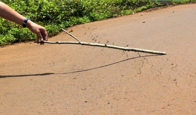 Một số đoạn đường đã bị lún xuống khoảng 20-30cm