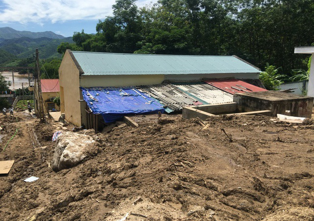 Nhà công vụ của giáo viên cũng bị bùn đất tàn phá