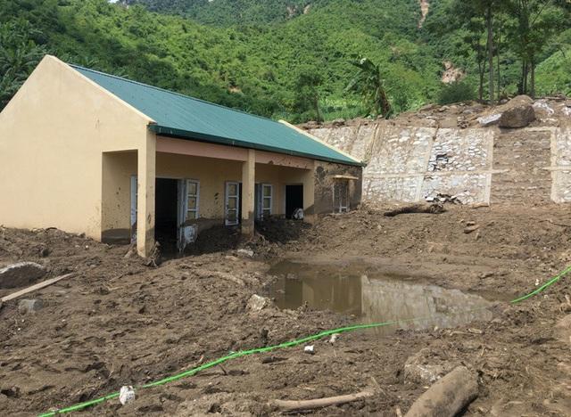 Bếp ăn phục vụ cho hơn 220 học sinh ngập trong bùn đất