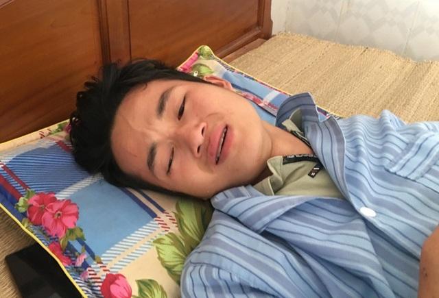 Anh Sung Văn Pó đang được điều trị tại Bệnh viện Đa khoa huyện Mường Lát nghẹn ngào khi nghĩ đến vợ và em trai