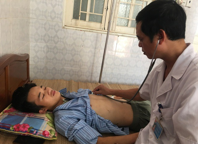 Bác sỹ Hoàng Văn Hào, Phó giám đốc Bệnh viện Đa khoa huyện Mường Lát thăm khám cho bệnh nhân
