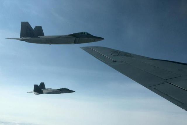 Hai máy bay F-22 của Mỹ (Ảnh: Reuters)