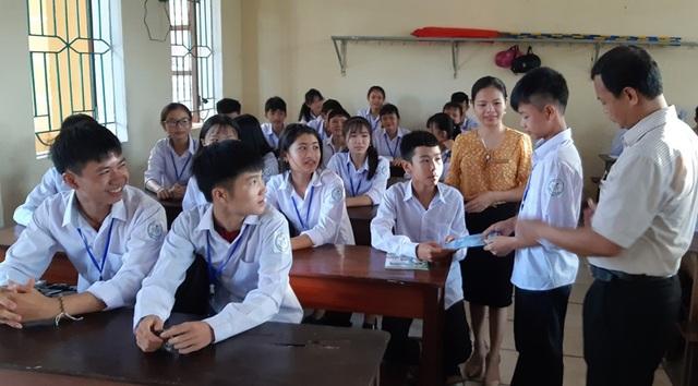 Cùng với sự giúp đỡ của các nhà hảo tâm, trước đó Duy đã được Trường THPT Cẩm Bình tiếp nhận từ một trường dạy Nghề để em quay lại ngôi trường em thi đậu trước đó.
