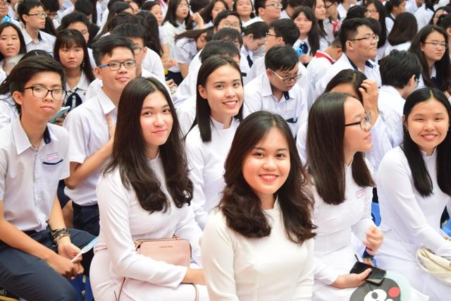 Học sinh trường Trung học Thực hành Sài Gòn phấn khởi trong lễ khai giảng ở cơ sở mới.