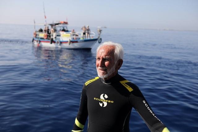 Cụ Ran Woolley vẫn lặn đều đặn ở tuổi 95