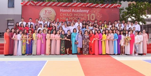 Tập thể đội ngũ cán bộ giáo viên nhân viên Hanoi Academy.