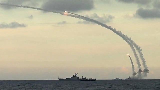 Tàu khu trục Đô đốc Essen và tàu ngầm Krasnodar tấn công các mục tiêu IS tại Syria (Ảnh: Bộ Quốc phòng Nga)