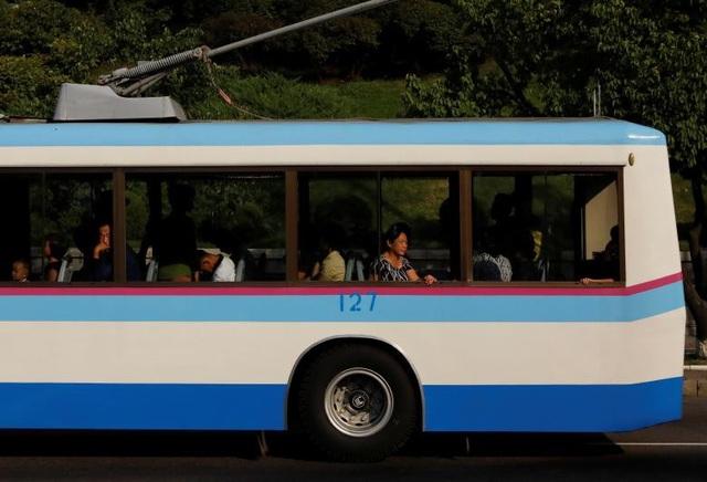 Người dân Triều Tiên di chuyển bằng xe buýt.