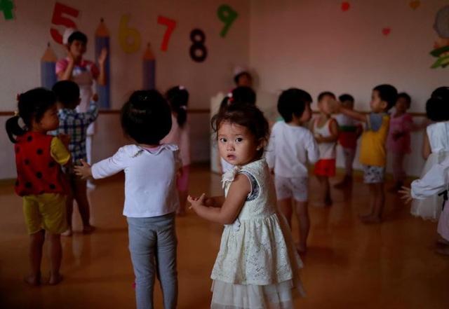 Các em nhỏ tại trường mầm non dành cho con em các nhân viên làm việc tại nhà máy dệt.