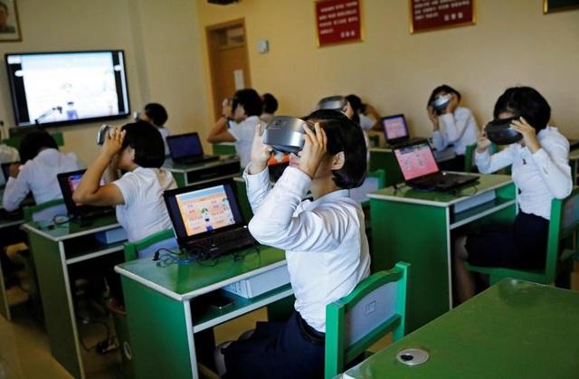 Các sinh viên Triều Tiên sử dụng kính thực tế ảo trong giờ học.