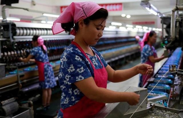 Bên trong nhà máy dệt của Triều Tiên.