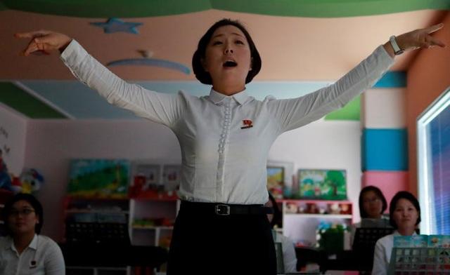 Một sinh viên hát trong giờ học tại một trường sư phạm ở Triều Tiên.