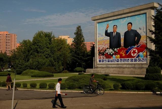 Một bức tranh lớn vẽ cố lãnh đạo Kim Nhật Thành và Kim Jong-il, ông nội và cha của đương kim lãnh đạo Kim Jong-un, được đặt ngoài trời.