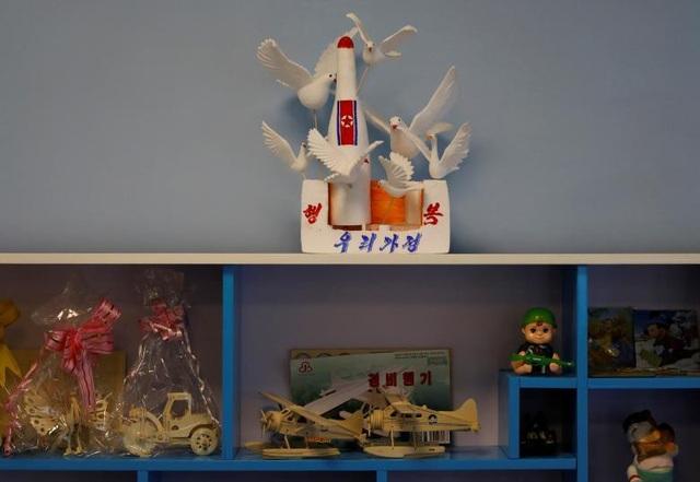 Mô hình tên lửa, máy bay và binh sĩ xuất hiện trong lớp học dành cho các sinh viên sư phạm tại Triều Tiên.