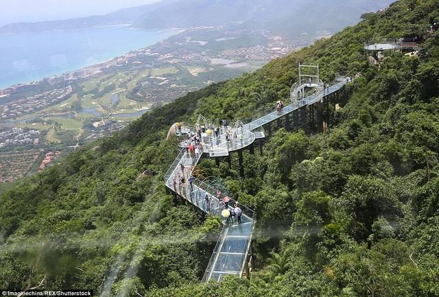 Cầu đáy kính đầu tiên trên đảo Hải Nam nhìn từ trên cao