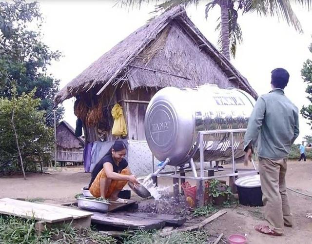 Lắp bình chứa nước cho người dân làng O2.