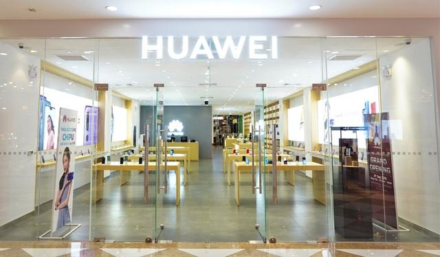 Cửa hàng được thiết kế tối giản nhưng sang trọng, trưng bày tất cả các sản phẩm mới nhất của Huawei, từ smartphone cho đến hệ sinh thái smarthome chưa từng được giới thiệu tại Việt Nam.