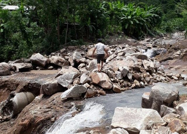 Đường bộ lên huyện Mường Lát vẫn chưa thông tuyến