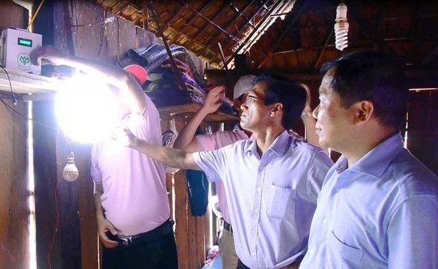 Điện năng lượng mặt trời đã thắp sáng bản làng O2.