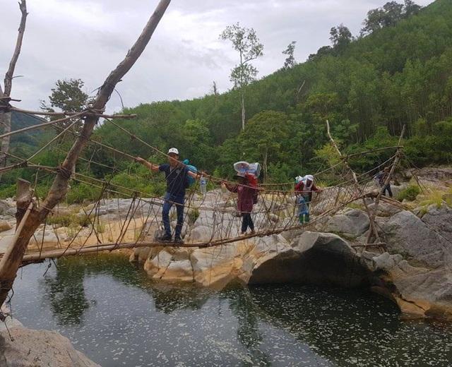 Để lên O2 bắt đầu qua cầu treo qua con suối nhỏ rồi tiếp tục cuốc bộ hơn 4 tiếng đồng hồ băng rừng, lội suối... rất vất vả.