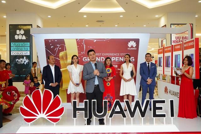 Ông Henry Liu - Giám đốc Điều hành, Nhóm Kinh doanh Tiêu dùng Huawei Việt Nam - giới thiệu về Cửa hàng trải nghiệm đầu tiên tại Việt Nam.