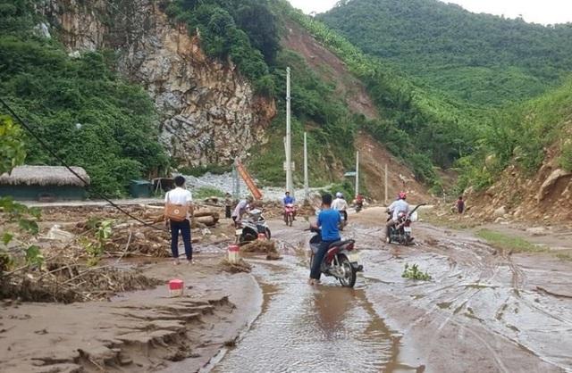Nhiều bản làng vẫn đang bị chia cắt, việc đi lại gặp nhiều khó khăn, vất vả