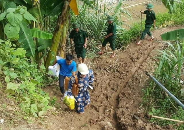 Lực lượng y tế vào vùng lũ giúp dân