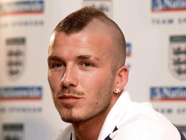 """2001: Mái đầu """"Mohawk"""", lông mày cạo đuôi, để râu rất """"đỏm"""", tai có đeo khuyên, Beckham pha trộn giữa vẻ nam tính, phá cách và sự cầu kỳ, trau chuốt."""