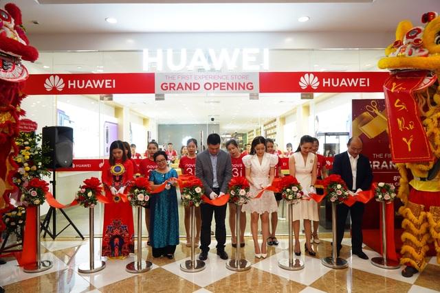Đại diện Huawei cắt băng khai trương Cửa hàng Trải nghiệm đầu tiên tại Hà Nội.