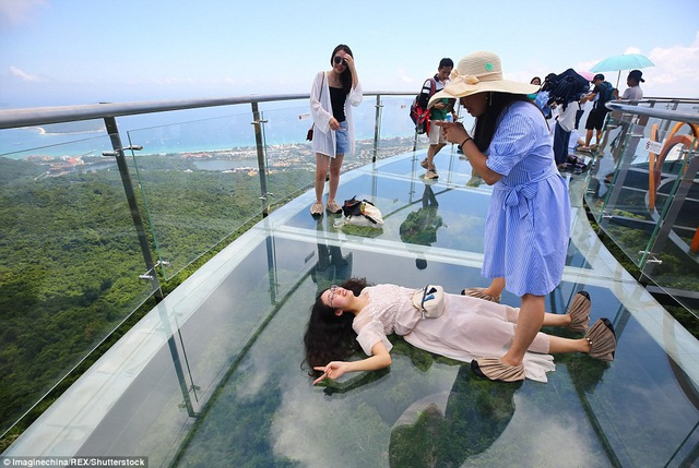 Các du khách thích thú tạo dáng giữa không trung
