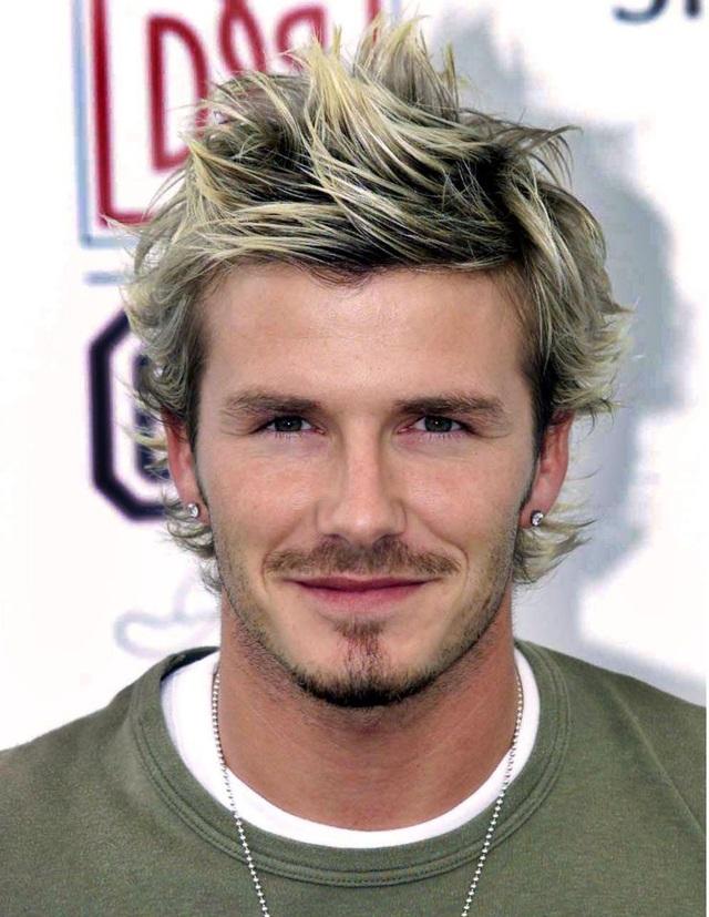 Trong năm 2002, Beckham rất chịu khó thay đổi kiểu tóc, đã có lúc anh để những lọn tóc bạch kim như thể một ngôi sao ca nhạc.