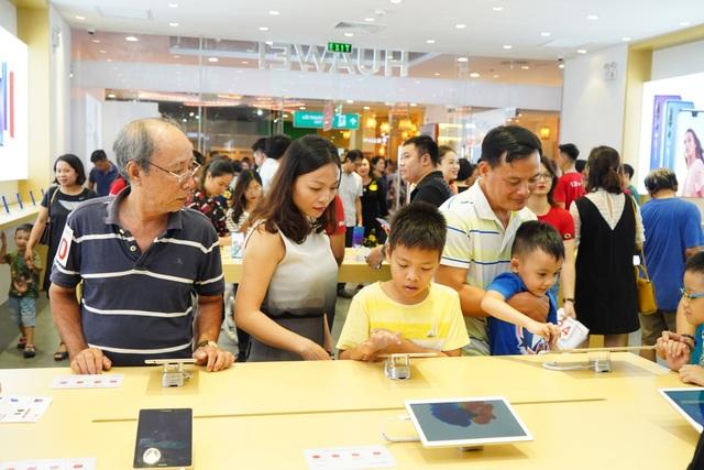 Nhiều khách tham quan Cửa hàng Trải nghiệm của Huawei trong ngày đầu tiên mở cửa.