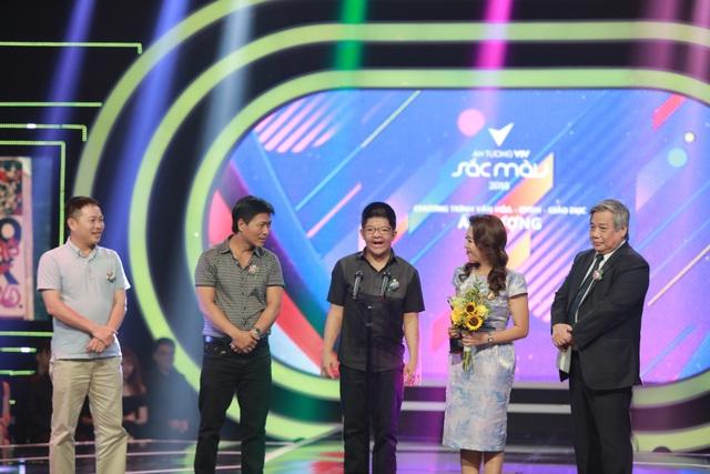 Bôm vui vẻ phát biểu trong lễ trao giải Ấn tượng VTV 2018.