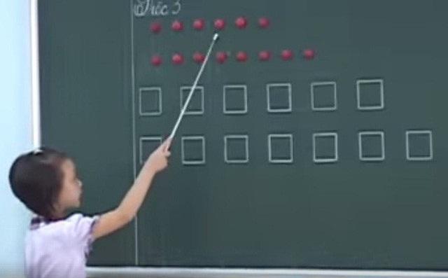 Học sinh đánh vần bằng tài liệu CNGD của GS Hồ Ngọc Đại (Ảnh; Từ clip).