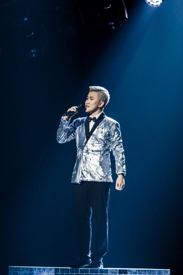 """Hoàng Phương là thí sinh đầu tiên dự thi trong đêm Chung kết với bản ballad đậm chất tự sự của nhạc sĩ Kai Đinh mang tên """"Yêu đến đây thôi""""."""