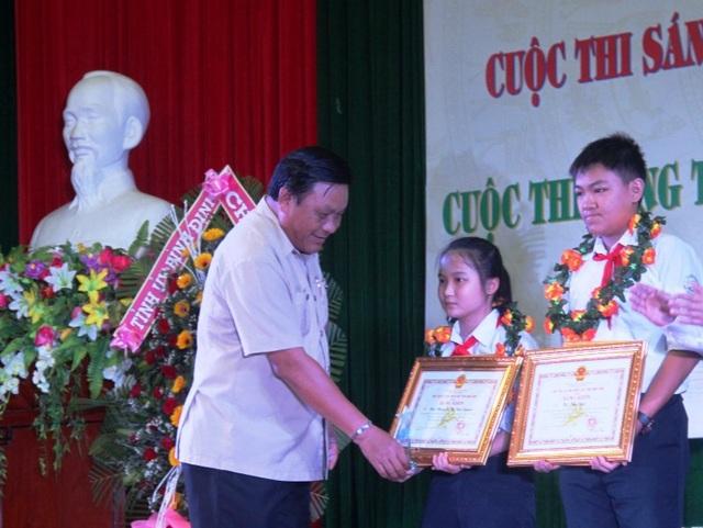 Máy bóc vỏ dừa của hai em Đạt và Quỳnh vừa đoạt giải Nhất - Lĩnh vực dụng cụ sinh hoạt gia đình và đồ chơi trẻ em tại Cuộc thi Sáng tạo Thanh thiếu niên nhi đồng tỉnh Bình Định lần thứ V, năm 2018.