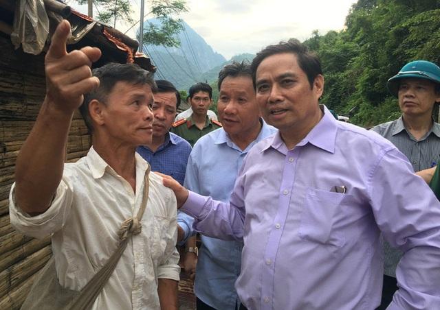 Người dân bản Poọng báo cáo thiệt hại với Trưởng ban tổ chức Trung ương