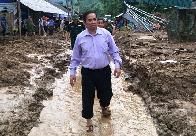 Ông Phạm Minh Chính lội bùn đi khảo sát vùng lũ