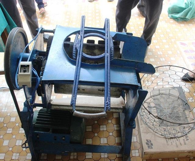 Máy bóc vỏ dừa chế tạo và hoạt động đơn giản nhưng năng suất cao.