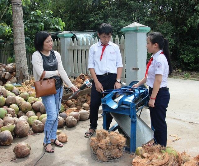 Máy bóc vỏ dừa hữu ích của hai học sinh lớp 8 giúp tăng năng suất lao động gấp 3 lần với so với thủ công.