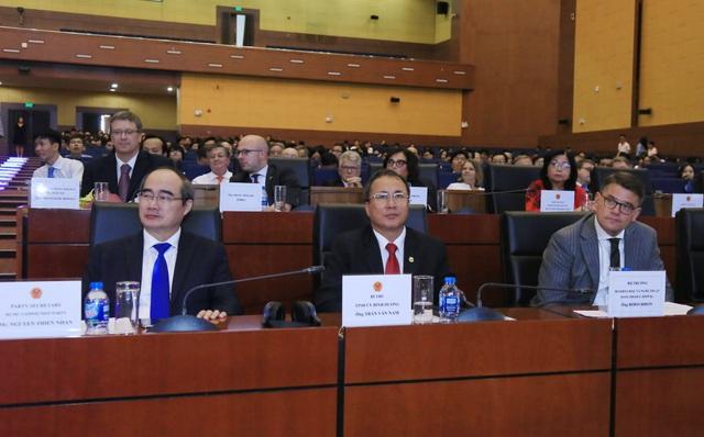 Bí thư Thành uỷ TPHCM Nguyễn Thiện Nhân (ngoài cùng bên trái) đến dự lễ kỉ niệm 10 năm thành lập ngôi trường mang dấu ấn khi ông làm Bộ trưởng Bộ GD-ĐT. (Ảnh: X. Hiền)